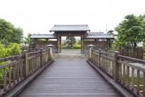 武家屋敷入口に建つ檜の門1