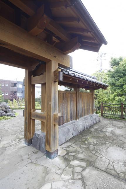 武家屋敷入口に建つ檜の門3