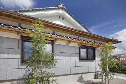 洗出し壁と二重屋根の高級住宅2