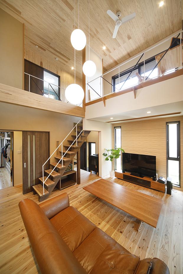 開放的なリビングと広いデッキのある家1