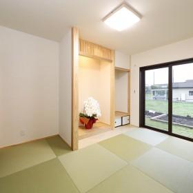 開放的な広い廊下とリビングのある家5