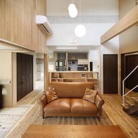 開放的なリビングと広いデッキのある家6