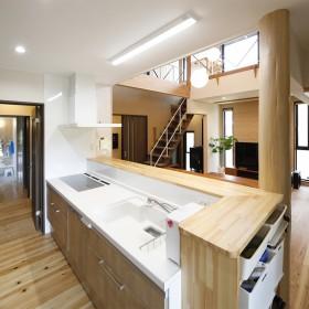 開放的なリビングと広いデッキのある家7
