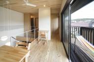 開放的なリビングと広いデッキのある家2