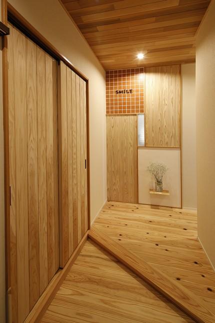 開放的なリビングと広いデッキのある家4